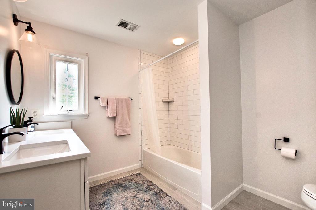 Tasteful floor & shower file, double sinks, window - 25659 TREMAINE TER, CHANTILLY