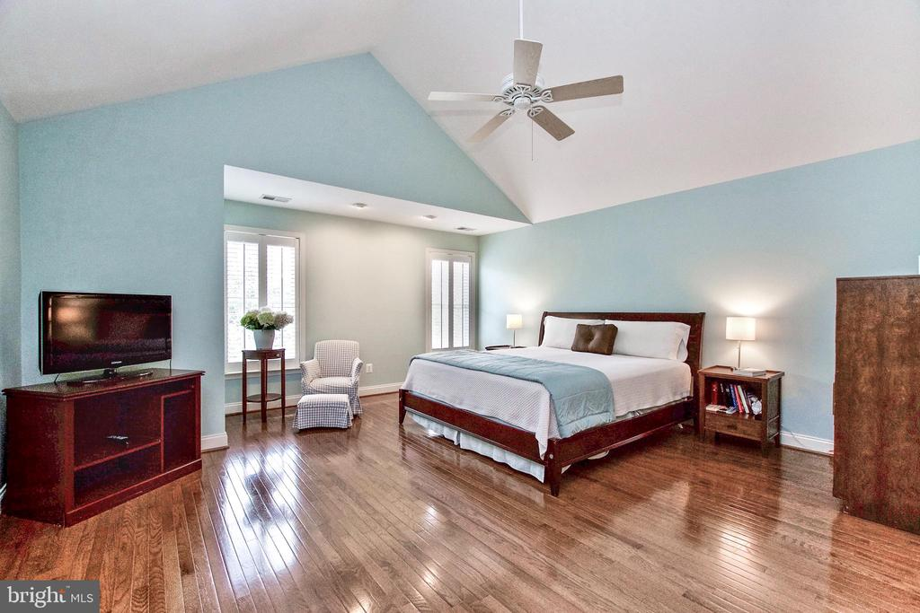 Primary Bedroom offers plenty of space - 25659 TREMAINE TER, CHANTILLY