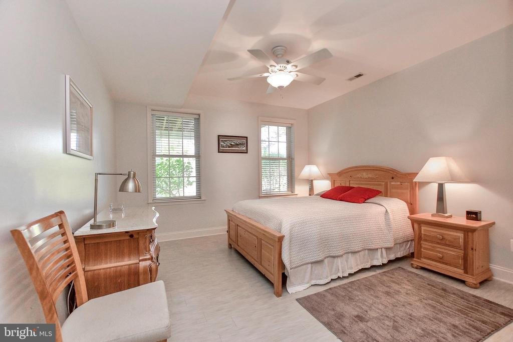 Spacious and light-filled Basement Bedroom - 25659 TREMAINE TER, CHANTILLY
