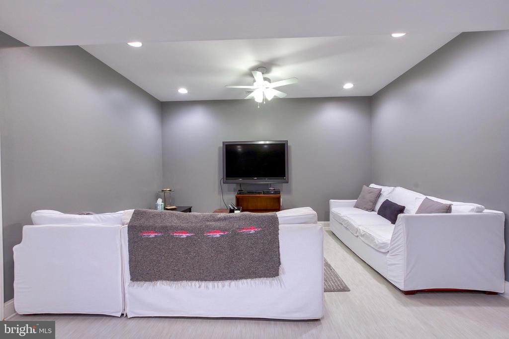 Plenty of recessed lighting and a ceiling fan - 25659 TREMAINE TER, CHANTILLY