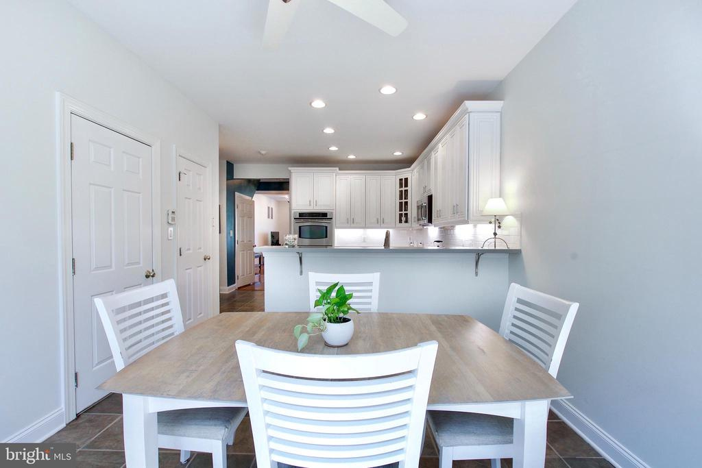 Plenty of seating, natural light, and ceiling fan - 25659 TREMAINE TER, CHANTILLY
