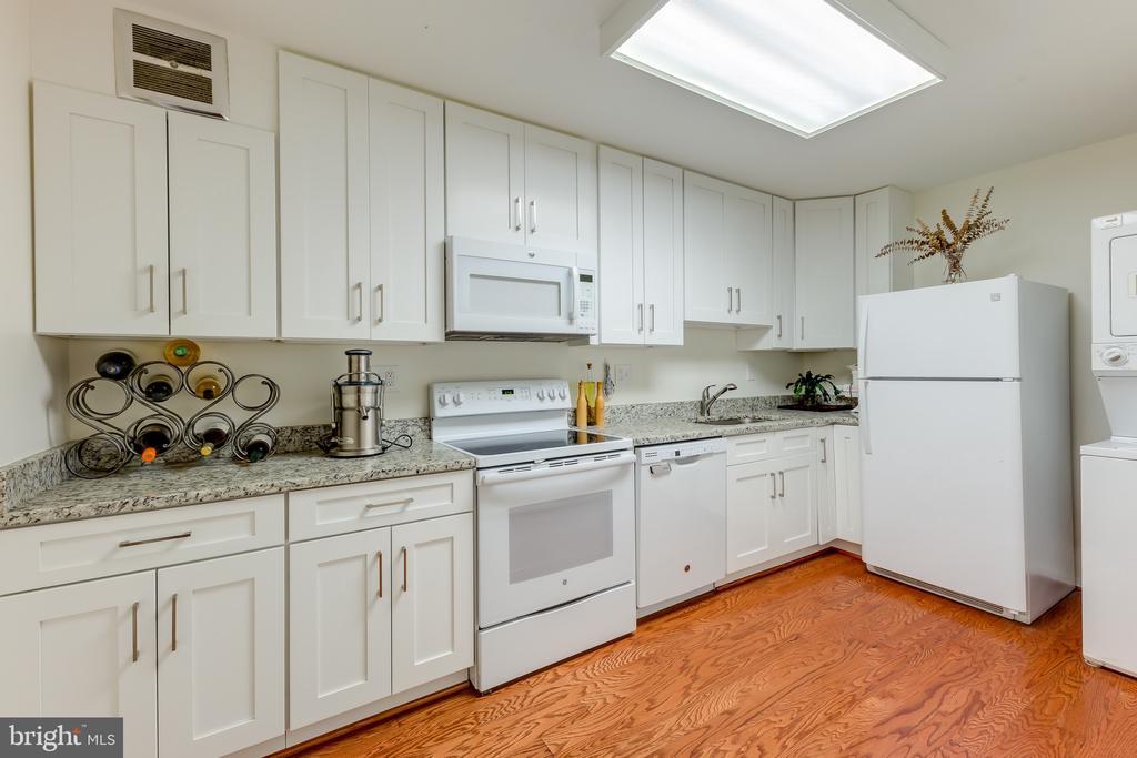 Kitchen 42 in Cabinets Updates Appliances - 8340 GREENSBORO #903, MCLEAN
