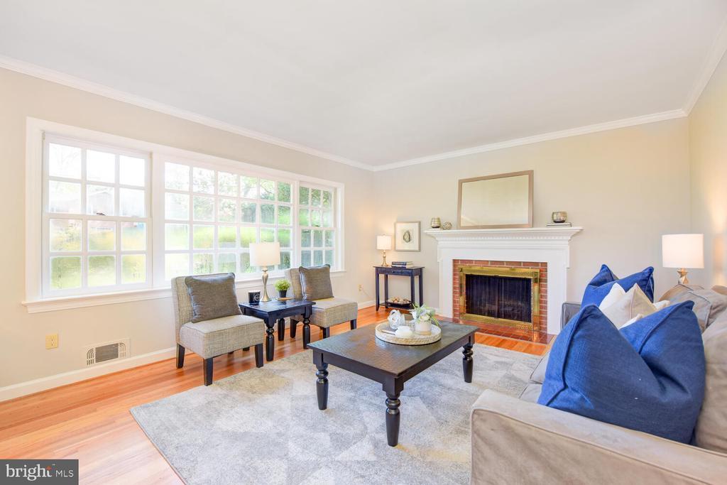 Lght filled living room with hardwood floors - 2305 WINDSOR RD, ALEXANDRIA