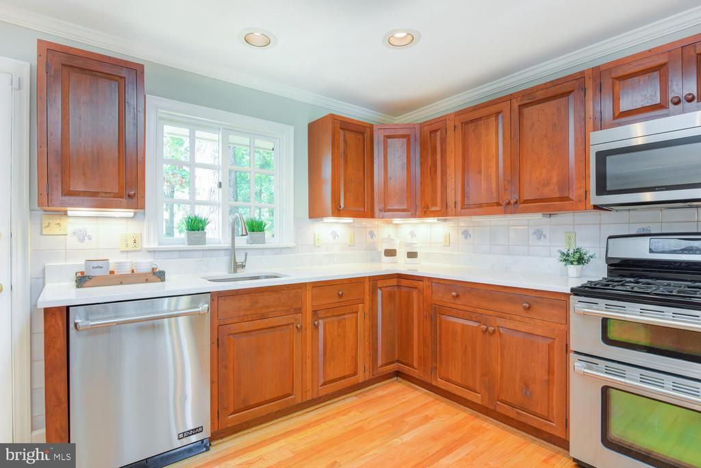 Updated kitchen - 2305 WINDSOR RD, ALEXANDRIA