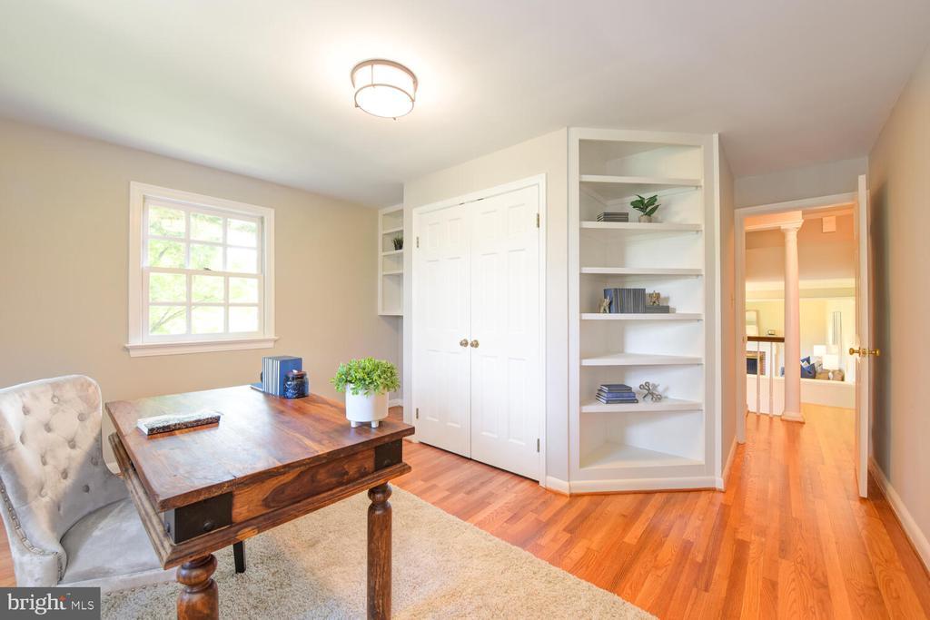 Third bedroom with built-in shelves - 2305 WINDSOR RD, ALEXANDRIA
