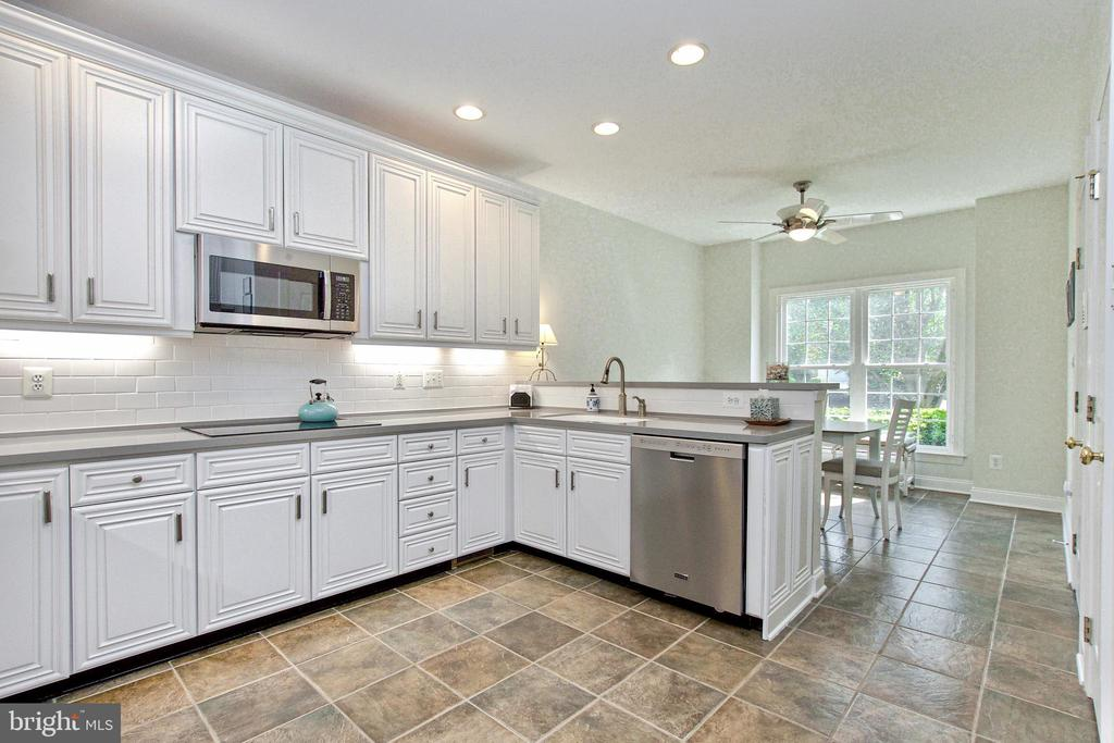 Gourmet Eat-In Kitchen with tile floor - 25659 TREMAINE TER, CHANTILLY