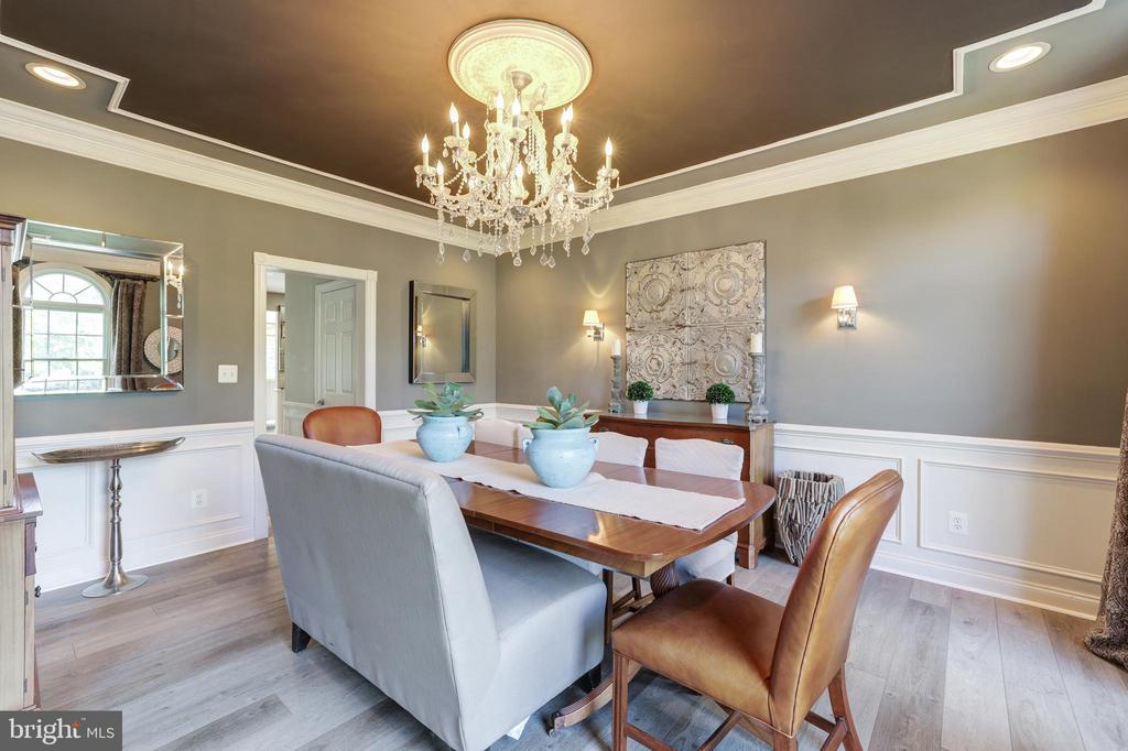 Formal dining room with extensive molding - 19598 SARATOGA SPRINGS PL, ASHBURN