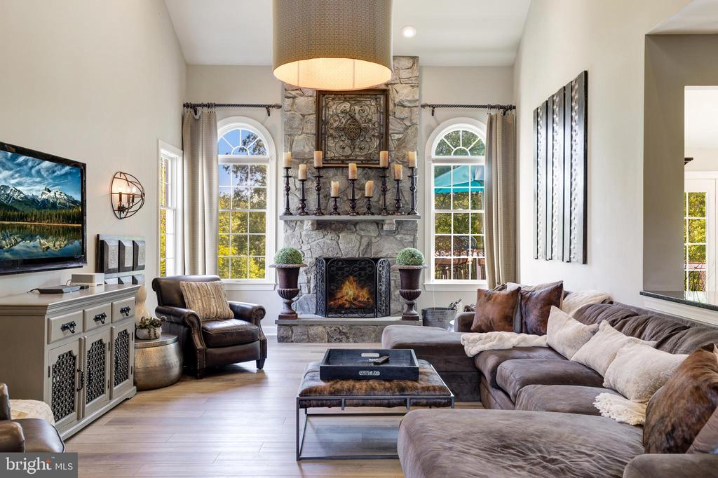 Floor to ceiling stone fireplace - 19598 SARATOGA SPRINGS PL, ASHBURN