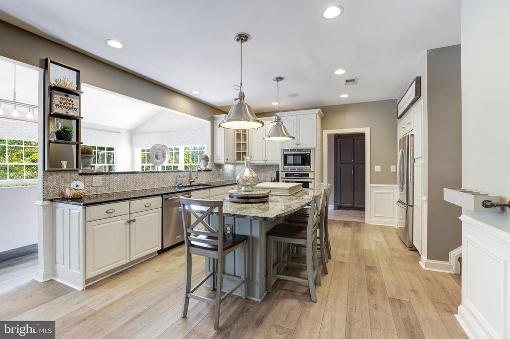 Beautifully done white & gray cabinetry - 19598 SARATOGA SPRINGS PL, ASHBURN