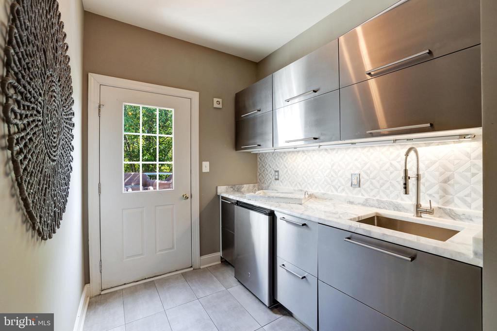True Butler's pantry with extra storage - 19598 SARATOGA SPRINGS PL, ASHBURN