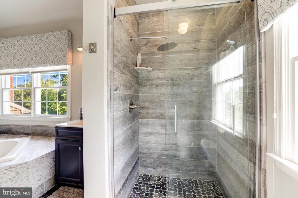 Walk-in shower with upgraded tile - 19598 SARATOGA SPRINGS PL, ASHBURN