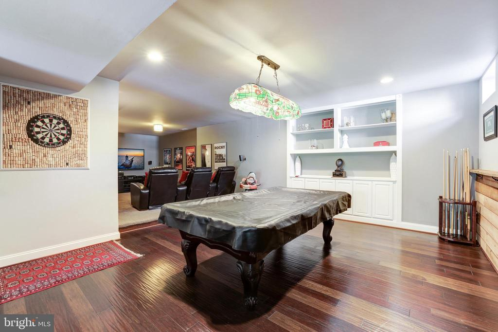 Area for game tables with built-ins - 19598 SARATOGA SPRINGS PL, ASHBURN
