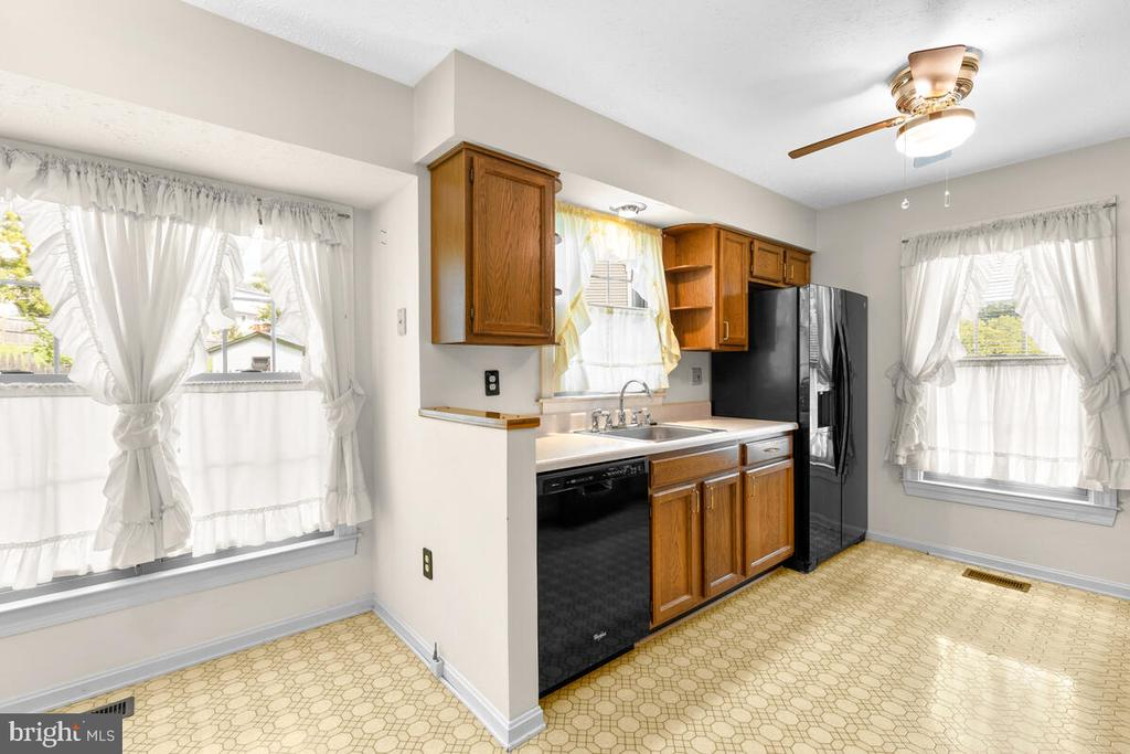 Bright Eat-in Fully Equipped Kitchen - 3000 BEETHOVEN WAY, SILVER SPRING
