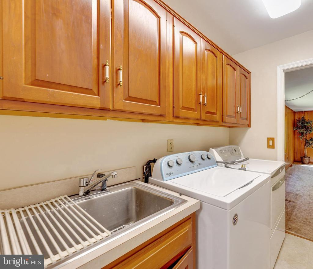 Main level laundry w/ sink, cabinets, and a closet - 3208 SHOREVIEW RD, TRIANGLE