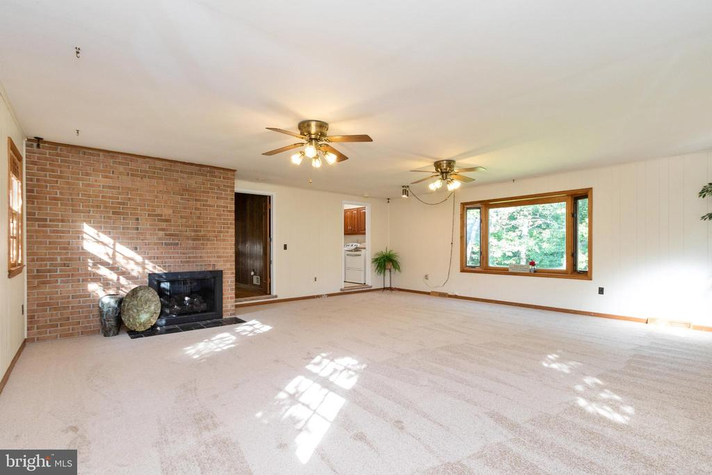 Leading you to the large, open family room - 3208 SHOREVIEW RD, TRIANGLE