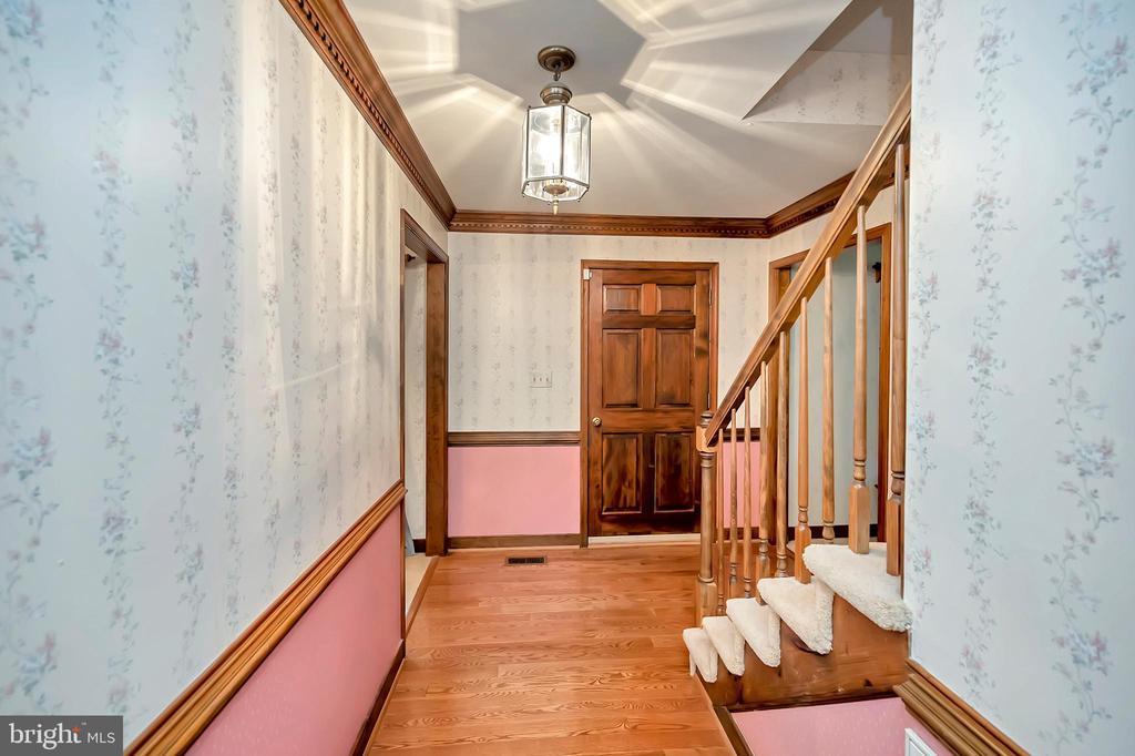 Main floor hallway - 9704 PAMELA CT, SPOTSYLVANIA