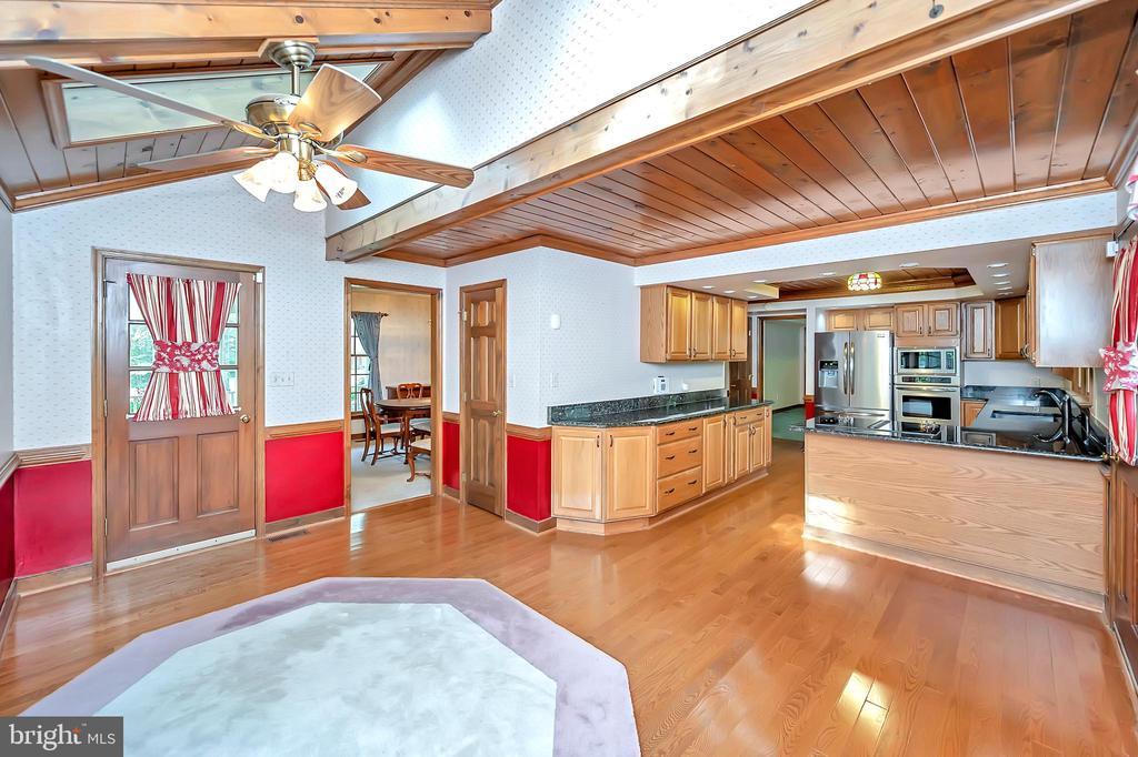 Breakfast Room looking toward the kitchen - 9704 PAMELA CT, SPOTSYLVANIA