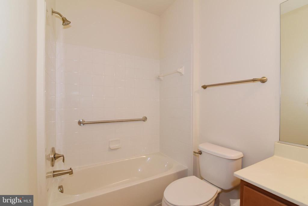 Full 2nd bathroom - 9200 CHARLESTON DR #201, MANASSAS