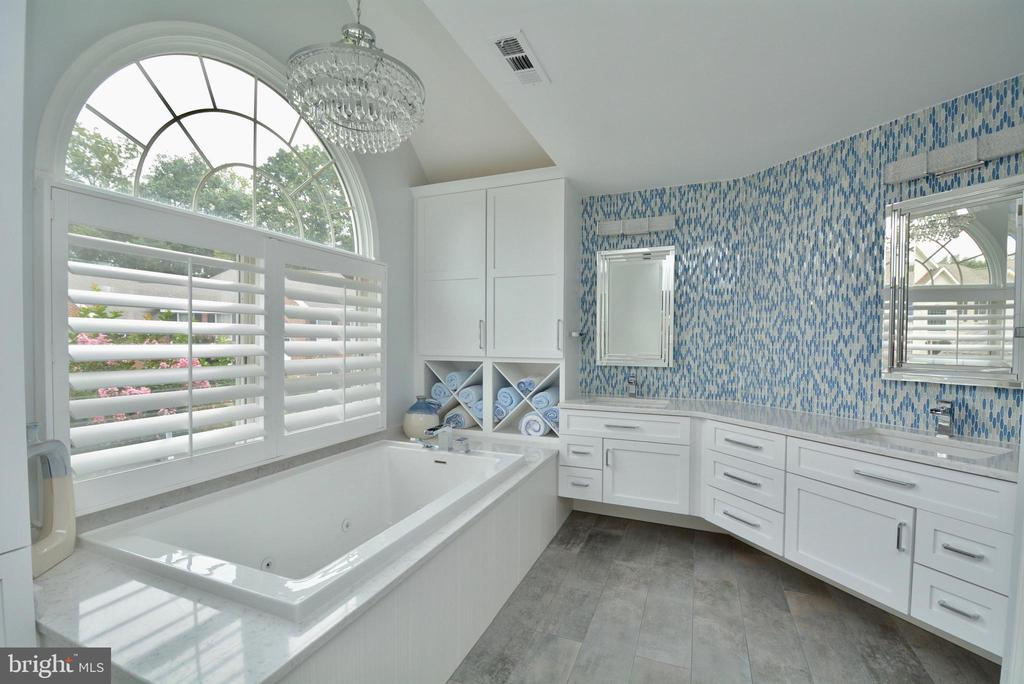 REMODELED PRIMARY BATH WITH JETTED TUB - 10203 BRITTENFORD DR, VIENNA