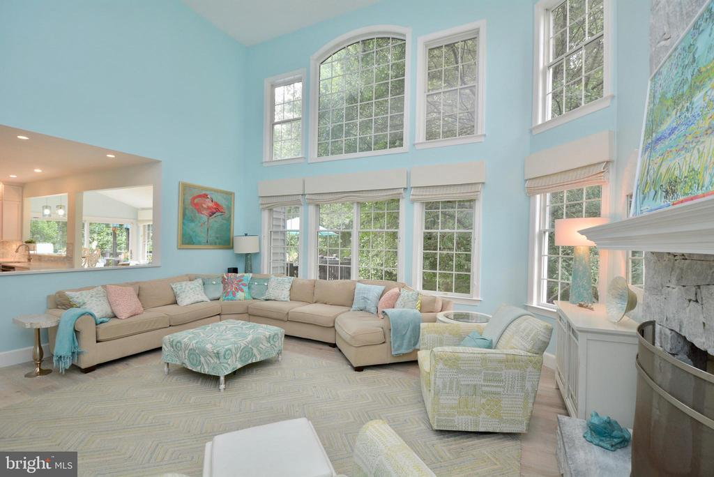 TWO STORY FAMILY ROOM WITH WALL OF WINDOWS - 10203 BRITTENFORD DR, VIENNA