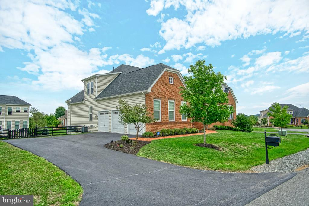Large 3-Car Garage with expansive driveway - 16604 FOX CHASE CT, LEESBURG