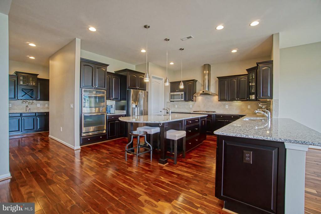 Large kitchen - 16604 FOX CHASE CT, LEESBURG
