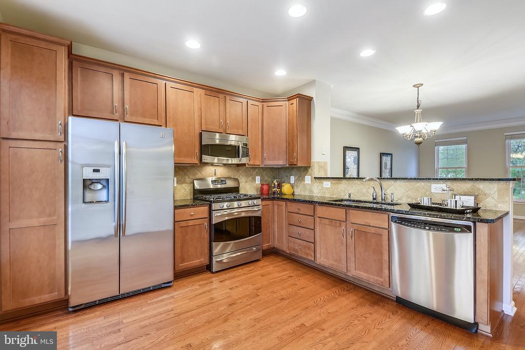 STUNNING kitchen w/ granite, SS appliances - 25146 DRILLFIELD, CHANTILLY