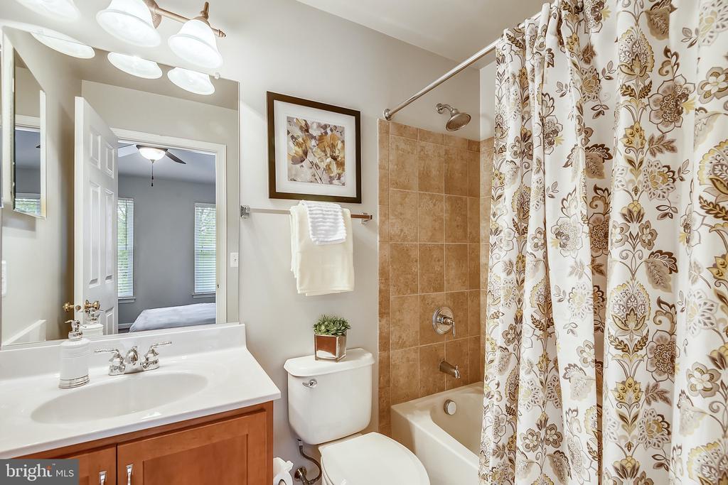 Guest bathroom. Every bedroom is en suite! - 25146 DRILLFIELD, CHANTILLY