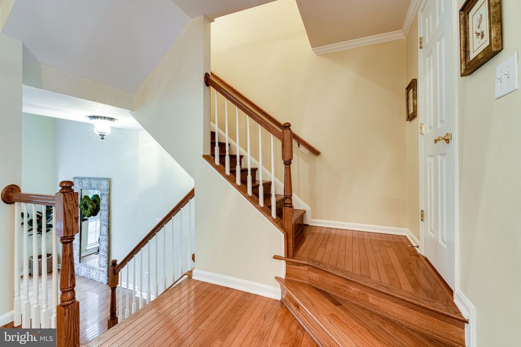 Hardwood floors invite us up to the bedroom level - 3162 GROVEHURST PL, ALEXANDRIA