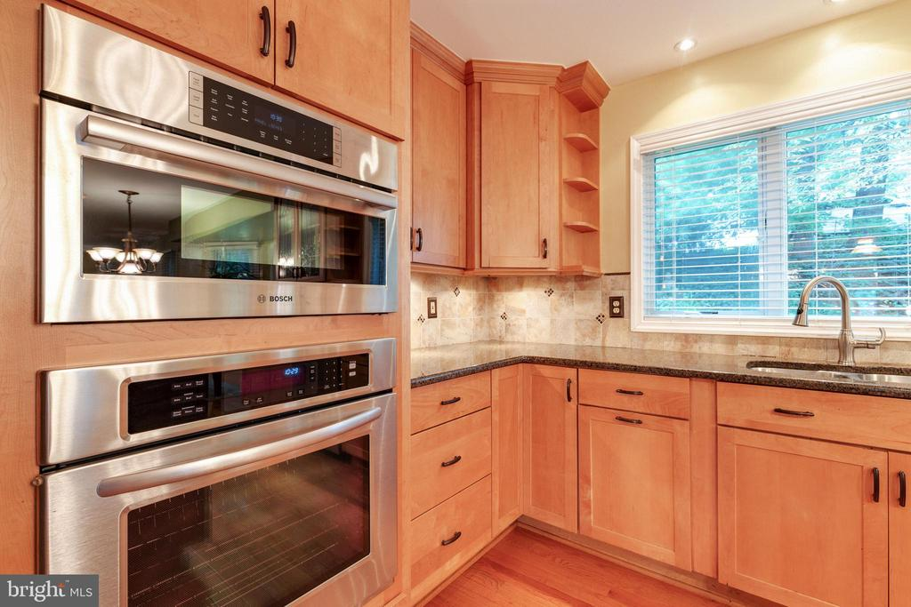 Built Microwave and Wall Oven - 15697 THISTLE CT, DUMFRIES