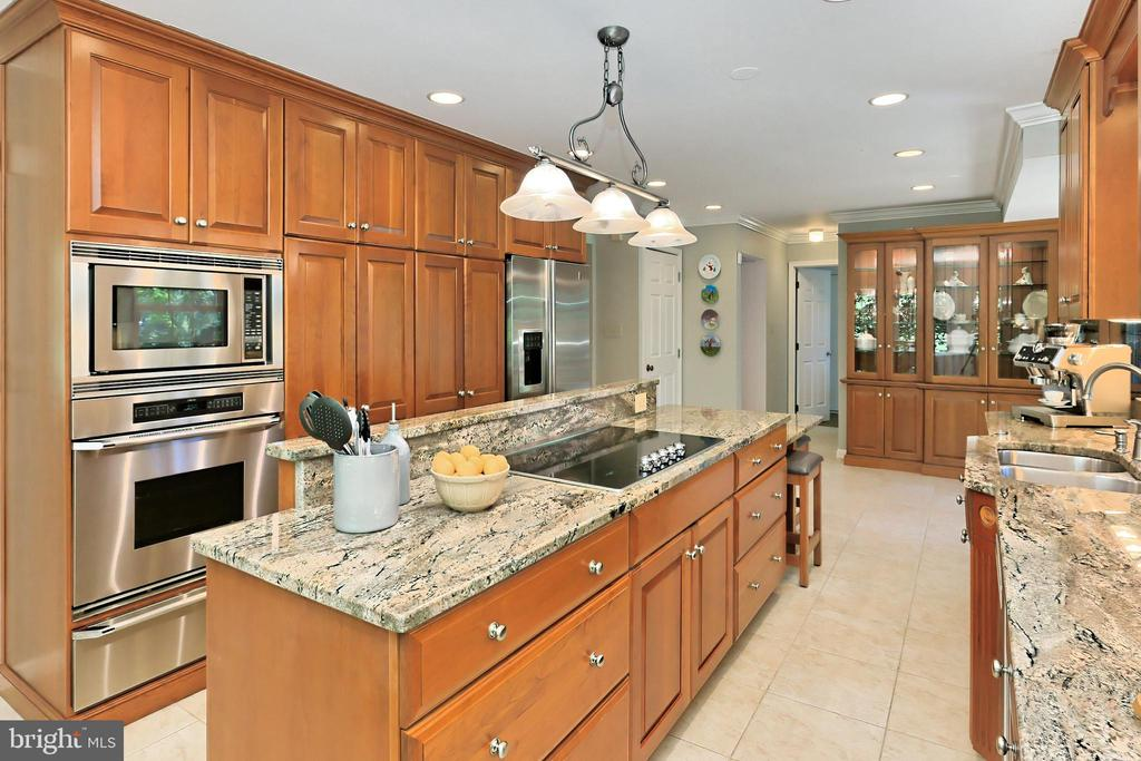 Island w/ new 36' cooktop w/ retractable downdraft - 9637 LINCOLNWOOD DR, BURKE