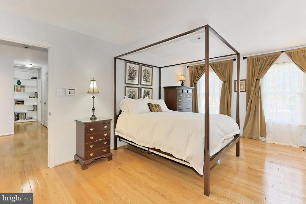 Spacious primary bedroom - 9637 LINCOLNWOOD DR, BURKE