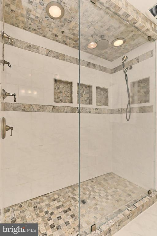 Enjoy a long shower in the renovated bath - 9637 LINCOLNWOOD DR, BURKE