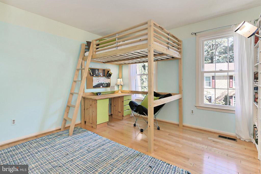 Bedroom #3 with shelving & bunkbed system - 9637 LINCOLNWOOD DR, BURKE