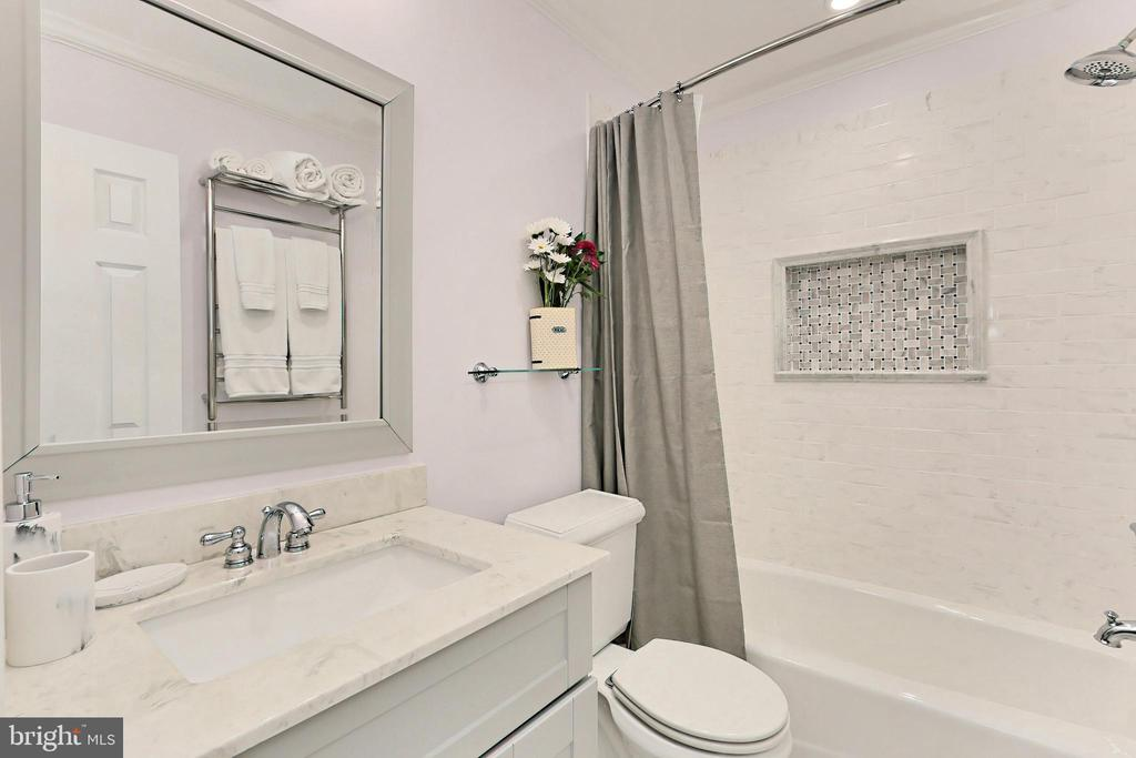 Beautifully renovated hall bath - 9637 LINCOLNWOOD DR, BURKE