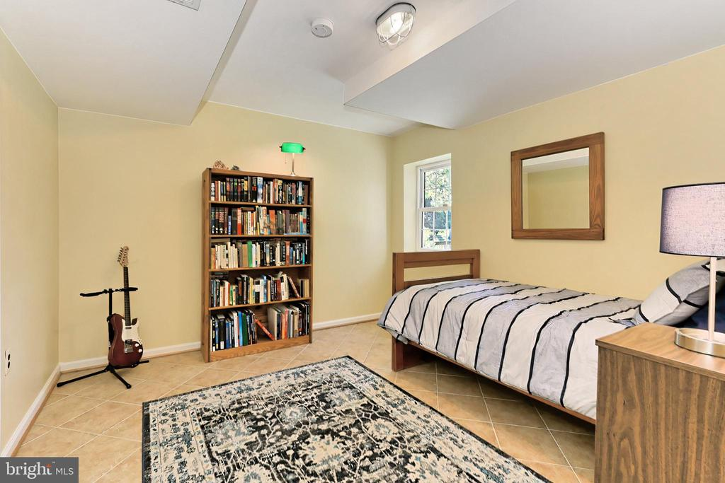 5th bedroom with closet & window w/ pond view - 9637 LINCOLNWOOD DR, BURKE