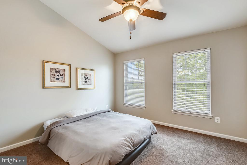 2nd primary suite with vaulted ceilings - 25146 DRILLFIELD, CHANTILLY