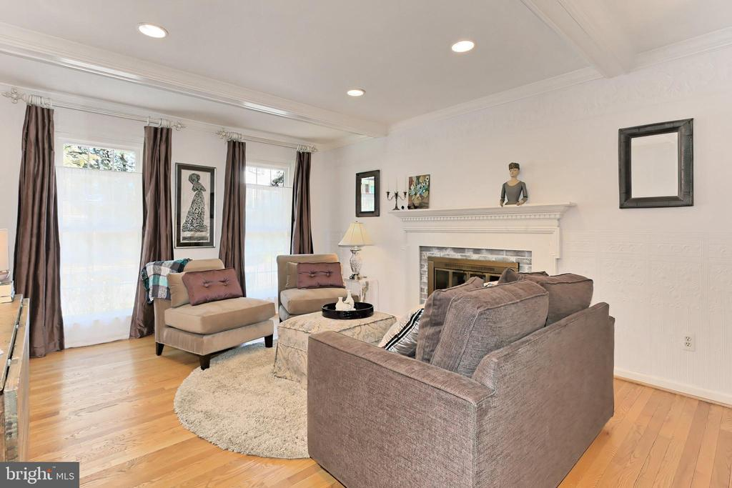 Charming family room w/ gas fireplace - 9637 LINCOLNWOOD DR, BURKE