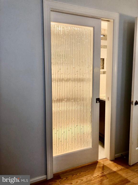 Custom glass pocket door to the primary bath - 9637 LINCOLNWOOD DR, BURKE
