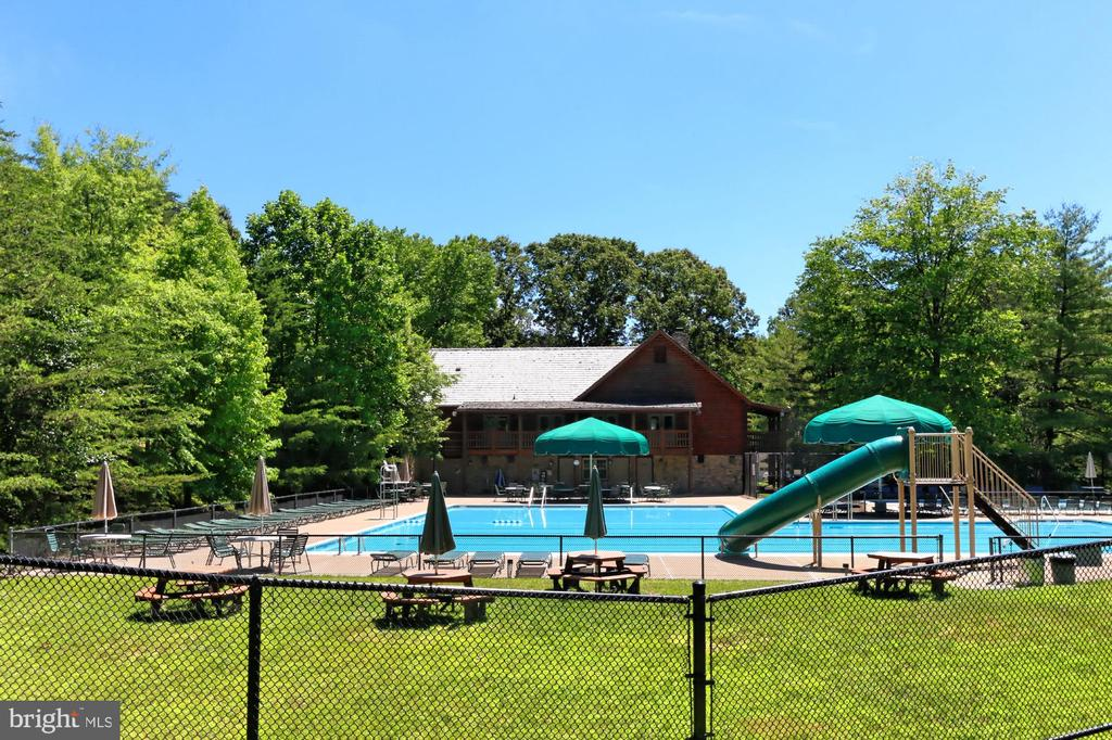 Choose among 5 community pools - 9637 LINCOLNWOOD DR, BURKE