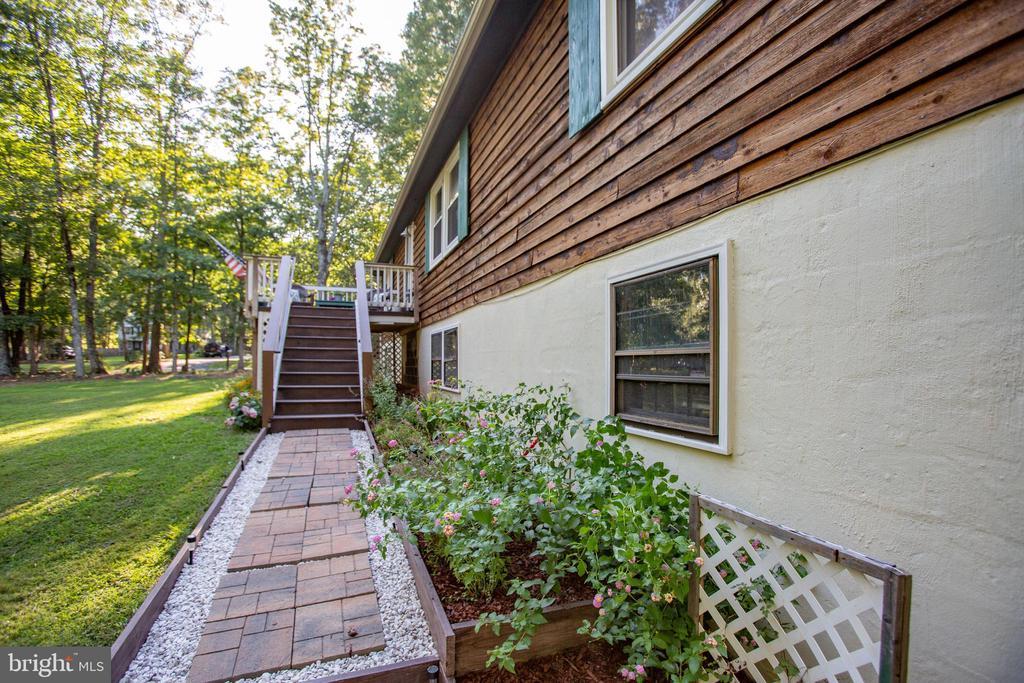Custom landscaped walkway - 12400 TOLL HOUSE RD, SPOTSYLVANIA