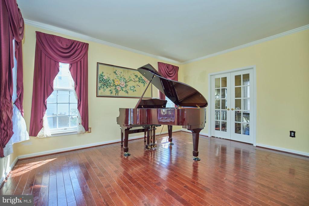 Formal Living Room with Hardwood Floor - 9032 PADDINGTON CT, BRISTOW