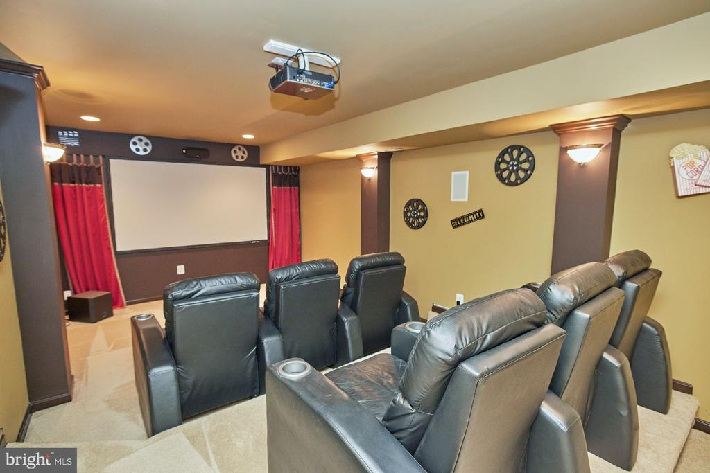 Media Room w/ Conveying Screen, Projector & Chairs - 9032 PADDINGTON CT, BRISTOW