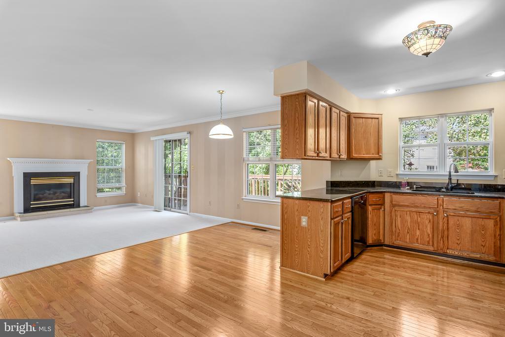 Kitchen Open to Family Room - 46490 CEDARHURST DR, STERLING