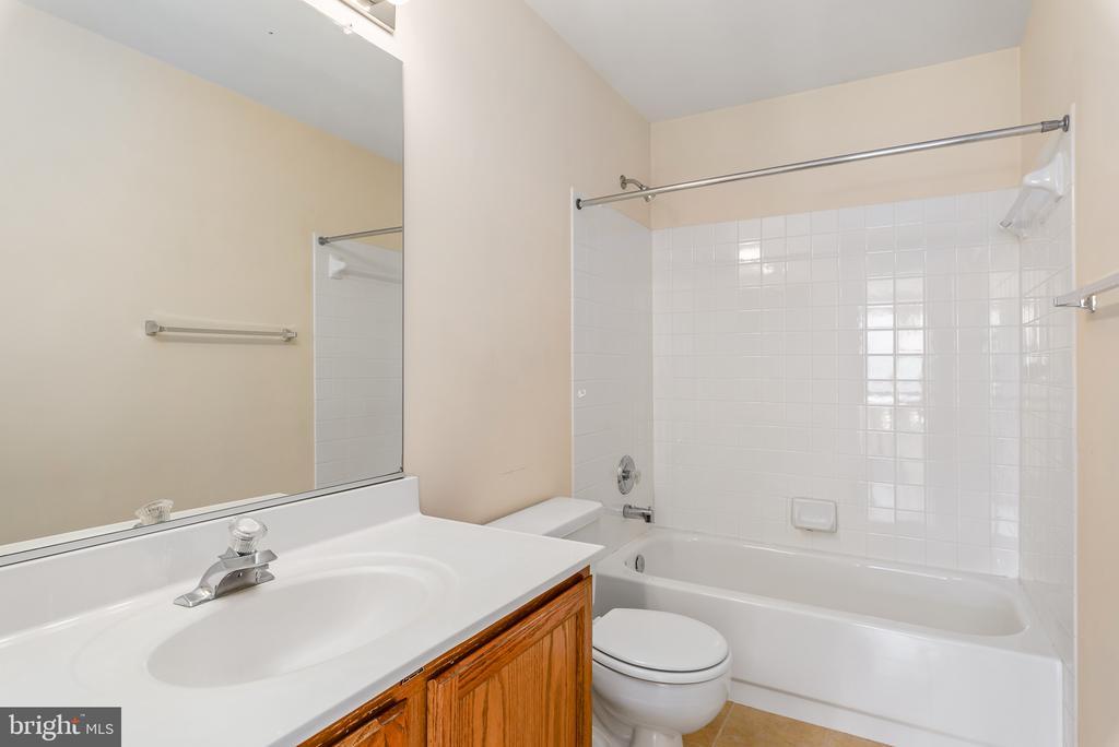 Upper Level Full Bath - 46490 CEDARHURST DR, STERLING