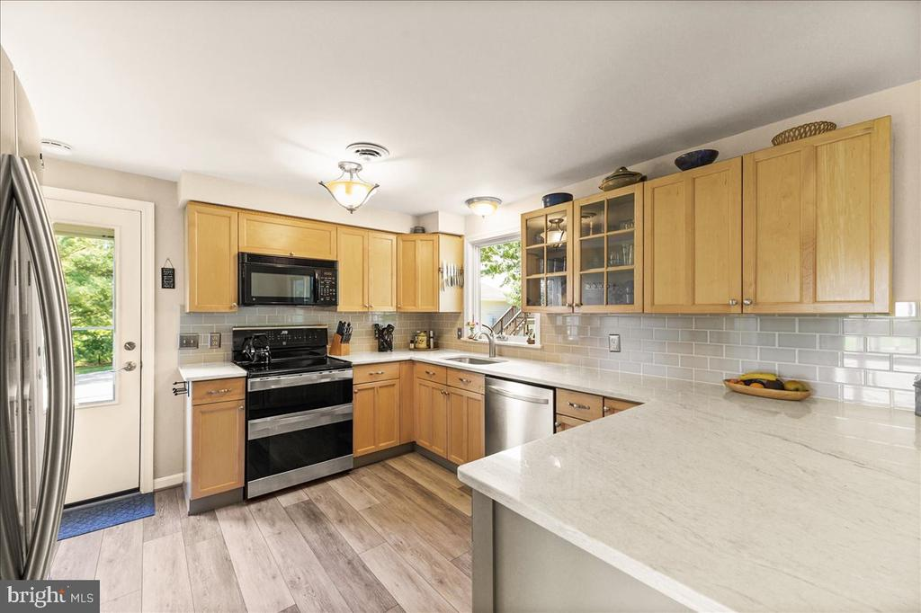 Stainless Appl & Lots of Counter Space - 37872 CHARLES TOWN PIKE, HILLSBORO