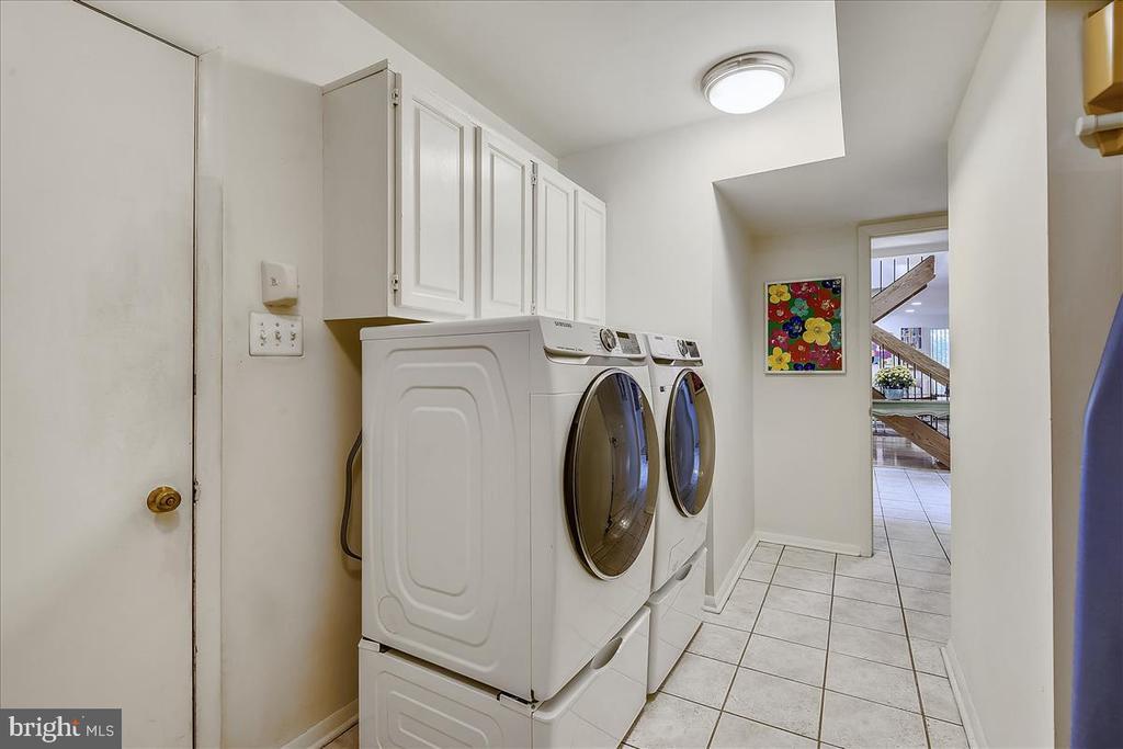 Main level mud room with laundry - 10722 CROSS SCHOOL RD, RESTON