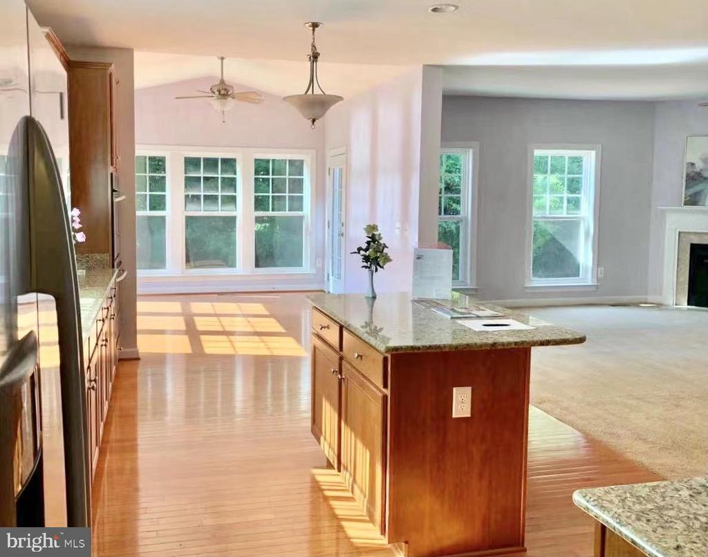 Open kitchen and morning room, oversized window - 18494 QUANTICO GATEWAY DR, TRIANGLE