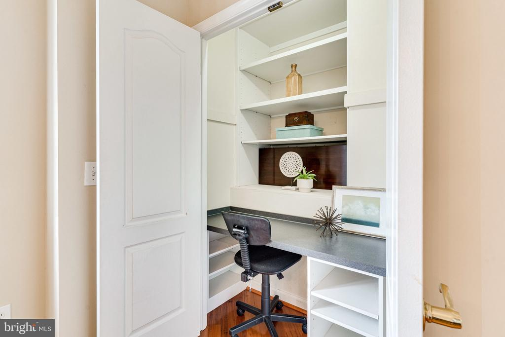 Built-in home office nook - 901 N MONROE ST #1501, ARLINGTON