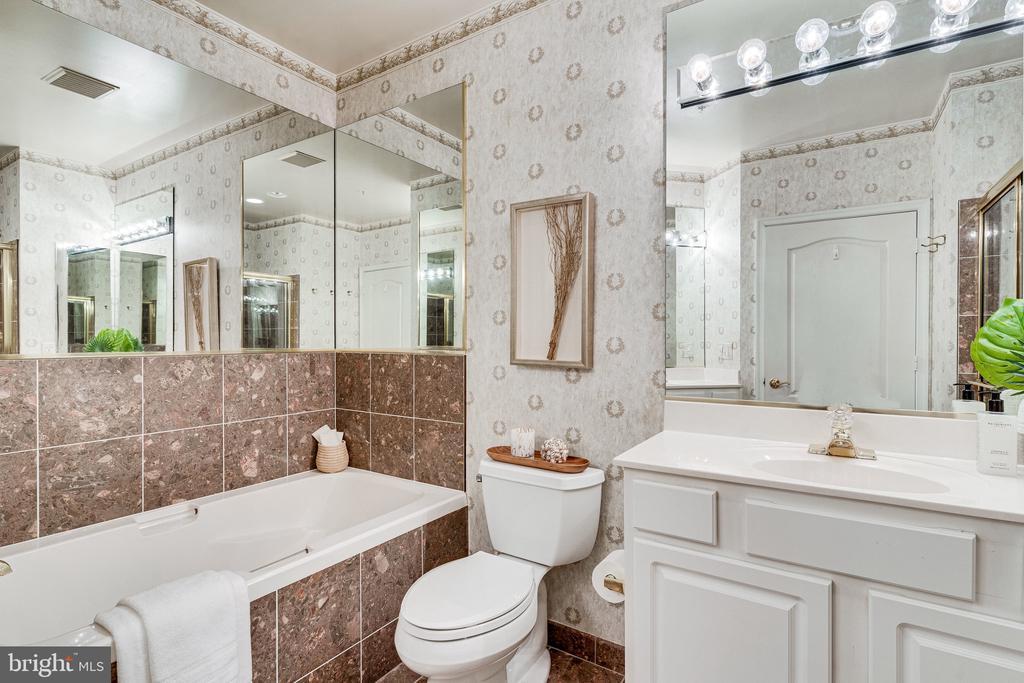 Master Suite - double vanity - soaking tub... - 901 N MONROE ST #1501, ARLINGTON